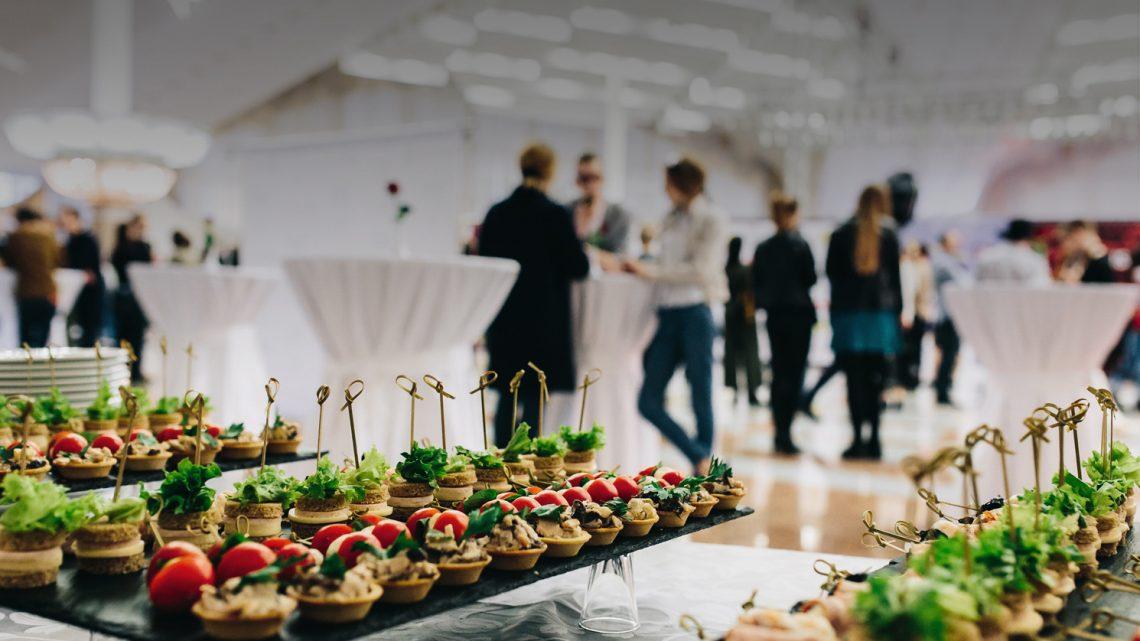 Organiser un cocktail dînatoire professionnel : les clés de la réussite de l'événement